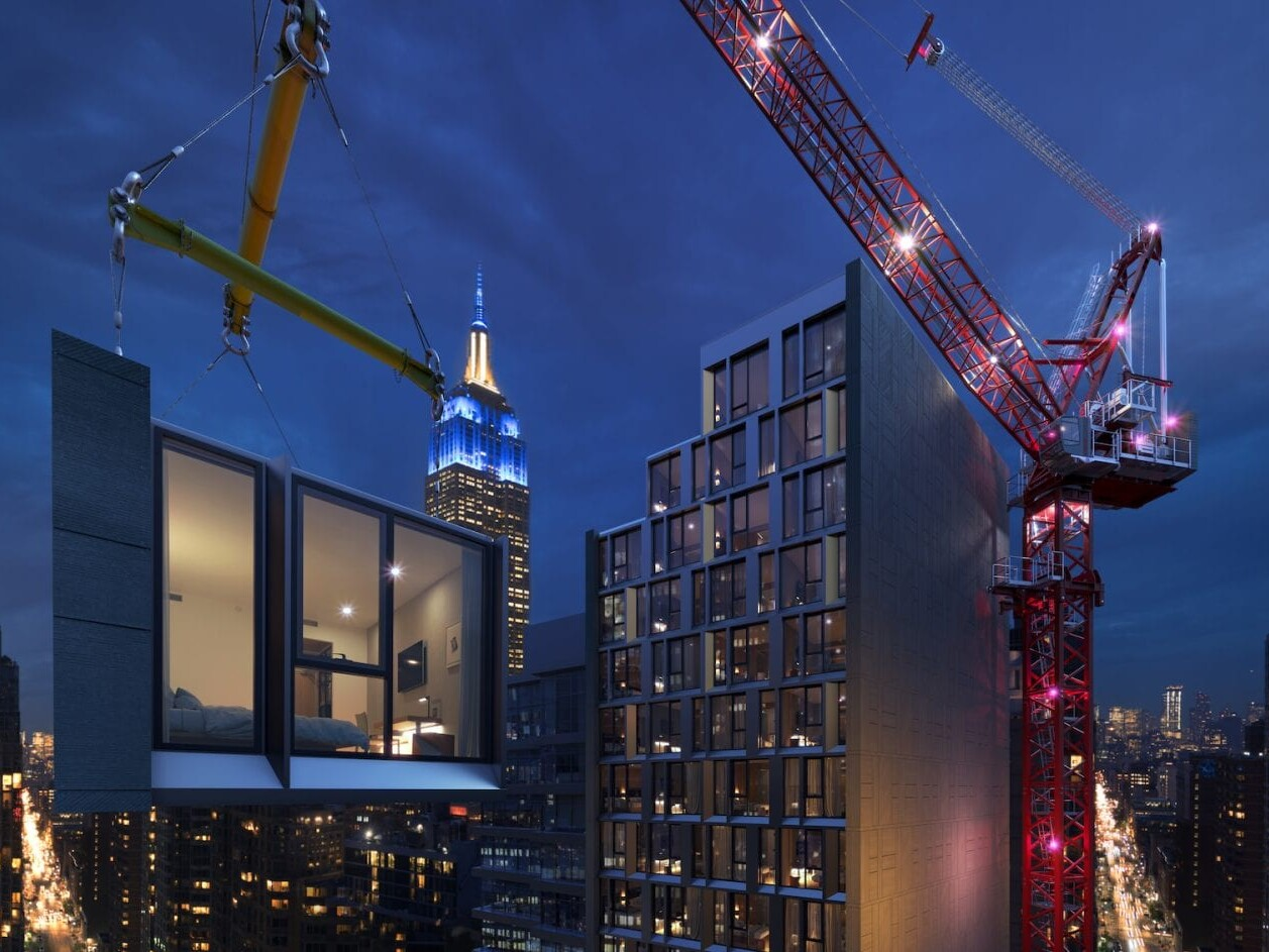 Vorgefertigte und komplett ausgestattete modulare Hotelzimmer werden Stück für Stück mit dem Kran in ihre Position gehoben (Foto © Skystone)