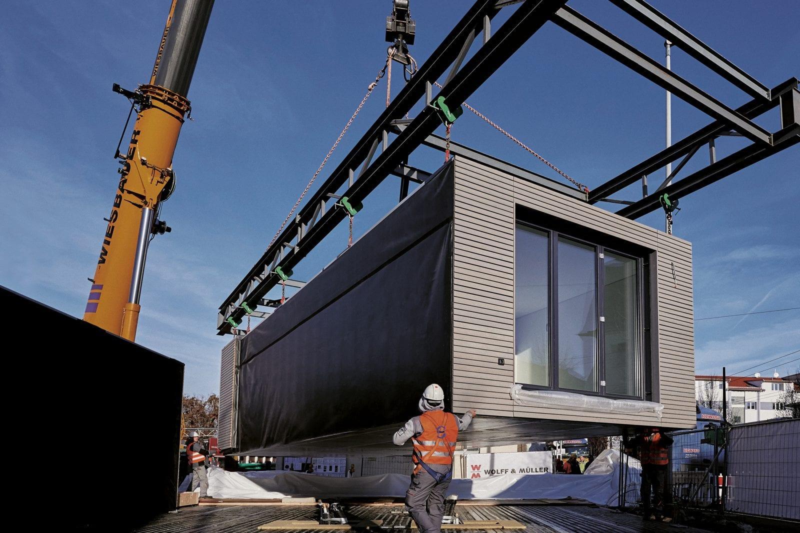 Die aktivhaus-Module werden in einer Industriehalle vorgefertigt und dann auf die Baustelle transportiert (Foto: Peter Oppenländer)