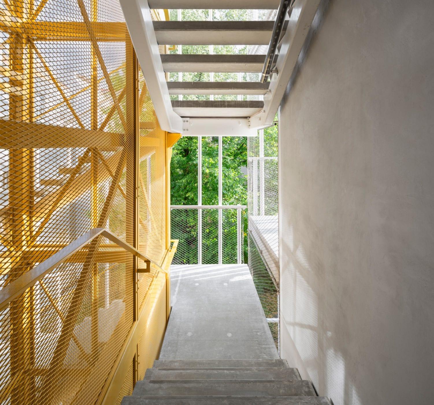 Der Fahrstuhl ist mit einer Streckmetallverkleidung versehen und leuchtend goldgelb lackiert. (Foto: Gui Rebelo)