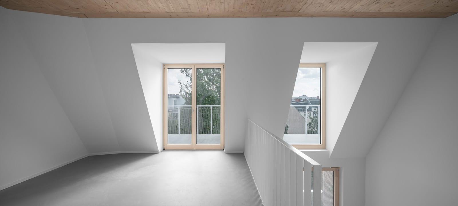 Bodentiefe Holz-Aluminium-Fenster in einer Maisonnette-Wohnung (Foto: Gui Rebelo)