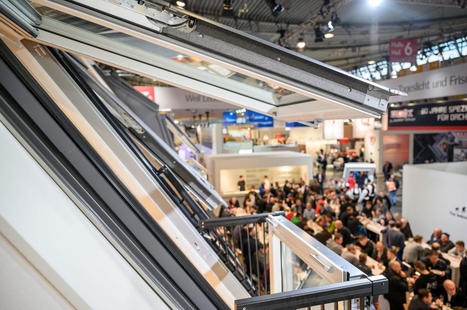 Blick vom Velux-Stand in Halle 6 auf der DACH+HOLZ International 2020 in Stuttgart (Foto: GHM)