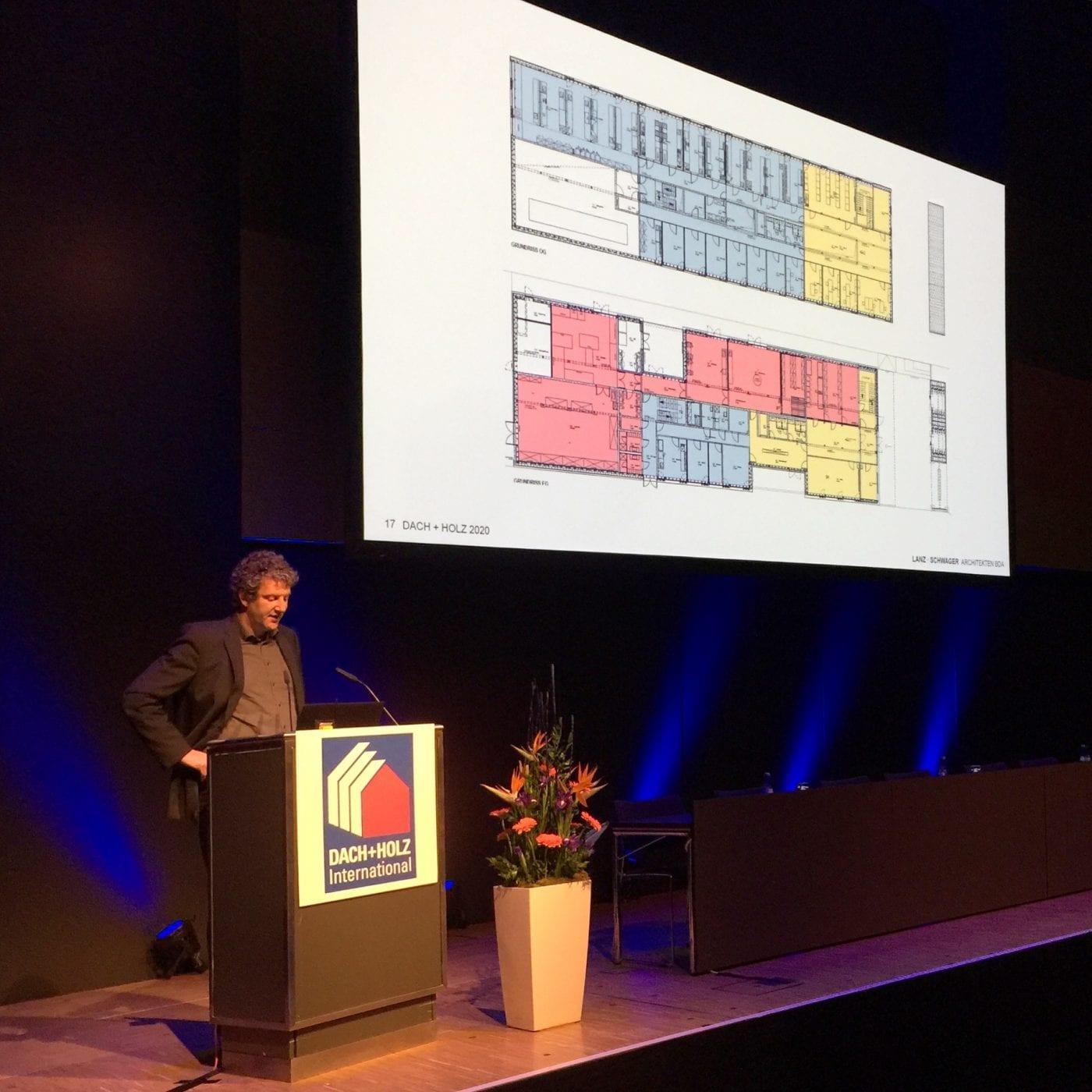Nicolas Schwager von Lanz · Schwager Architekten BDA bei seinem Vortrag über die Landesanstalt für Bienenkunde in Stuttgart-Hohenheim (Foto: Eric Sturm)