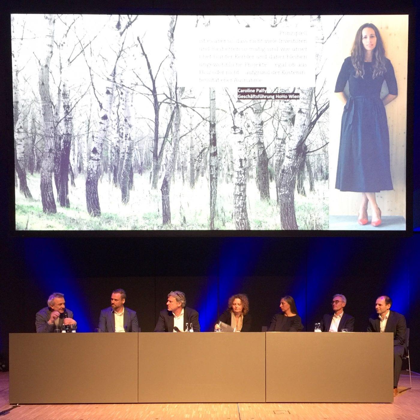 """Podiumsdiskussion """"Urbane Entwicklungsräume"""" beim Architekturkongress im Rahmen der DACH+HOLZ International 2020 (Foto: Eric Sturm)"""