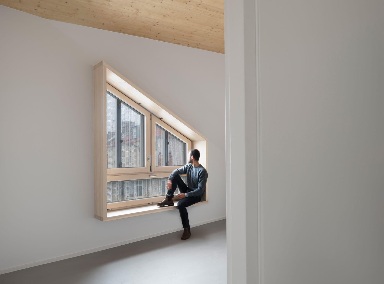 """Ein hölzernes """"Sitzfenster"""" an der Straßenseite (Foto: Gui Rebelo)"""