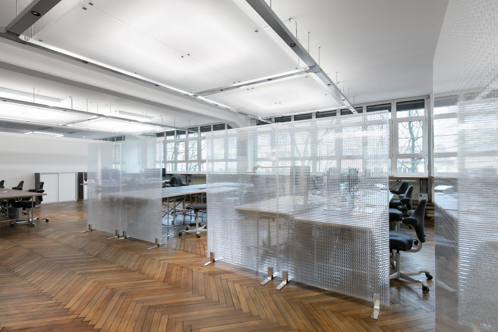 Trennwände 'Kandela ST27 transparent' von Wacosystems in einem Großraumbüro (Foto: Nikolay Kazakov)