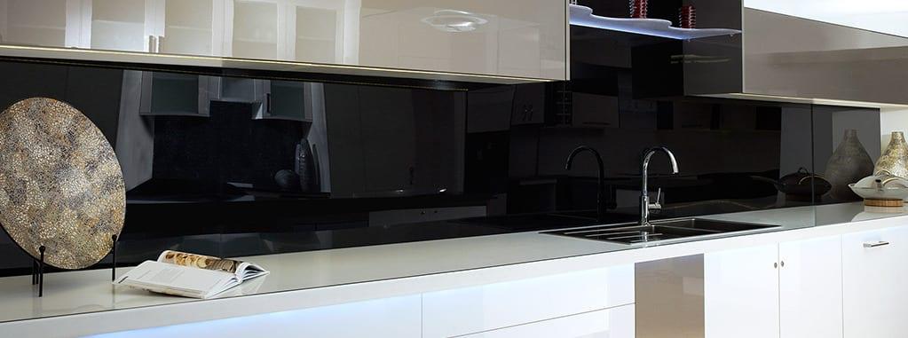 Küchenrückwand aus schwarzem Acrylglas (Foto: kunststoffplattenonline.de)