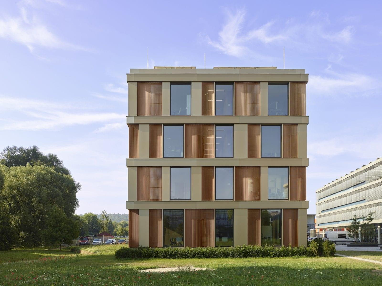 In der idyllischen Umgebung des Mühlbachs erhielt das Landratsamt Tübingen einen Erweiterungsbau von Auer Weber Architekten (Foto: Roland Halbe)
