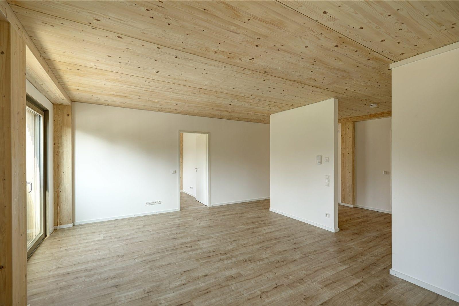 Die tragenden Innenwände bestehen aus mit Gipskarton gekapseltem Brettsperrholz. (Foto: Conné van d'Grachten)