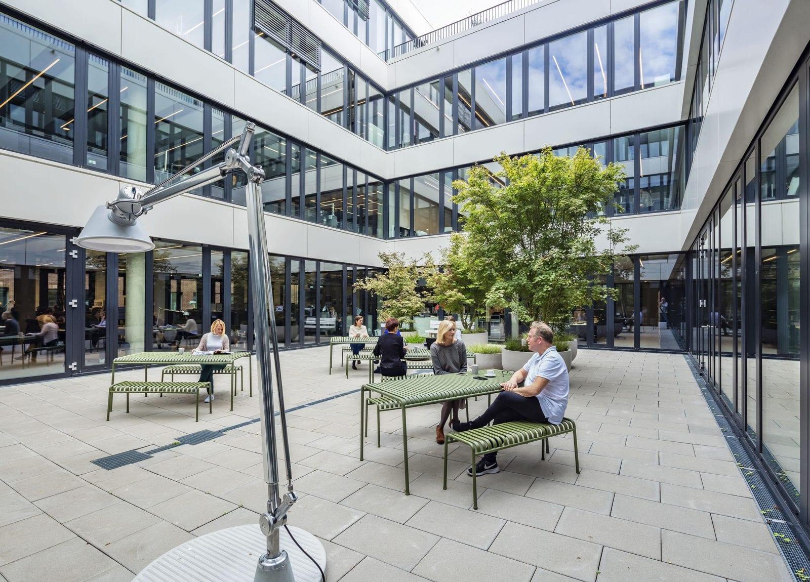 Der zentrale Innenhof bietet im Sommer Platz für die Mittagspause oder kleinere Veranstaltungen (HPP Architekten / Foto: Ralph Richter)