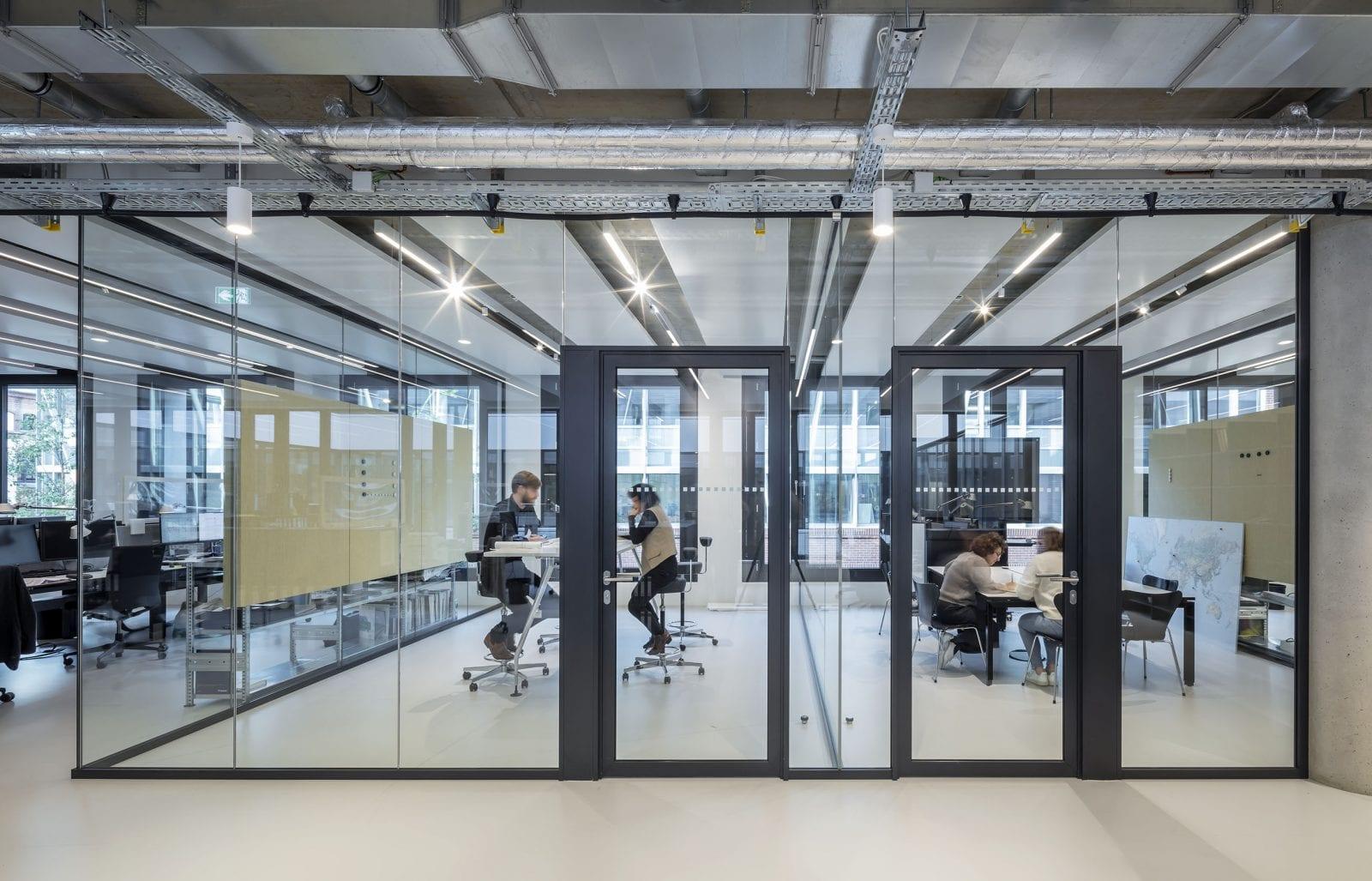 Gläserne Projekt- und Besprechungsräume in den Open Space-Flächen bieten Raum für ungestörte Meetings (HPP Architekten / Foto: Ralph Richter)