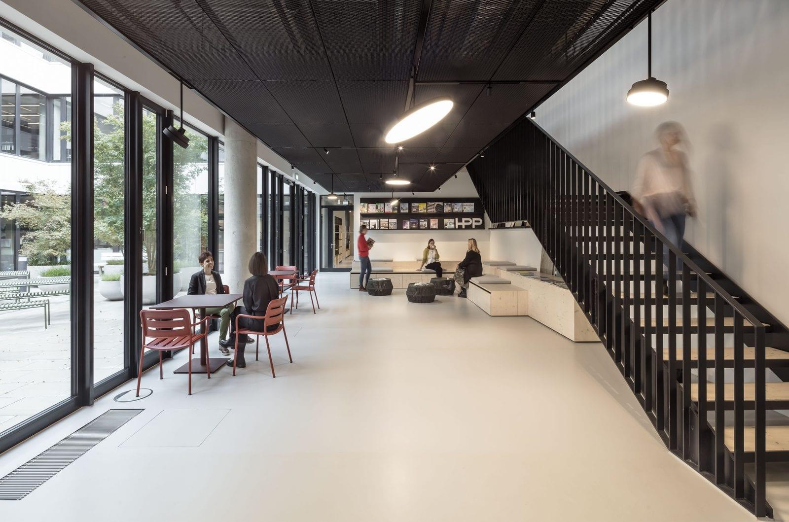 Der Kommunikationshub im ersten Obergeschoss bietet eine Zeitschriftenbibliothek und Raum für Pausen und informelle Gespräche (HPP Architekten / Foto: Ralph Richter)