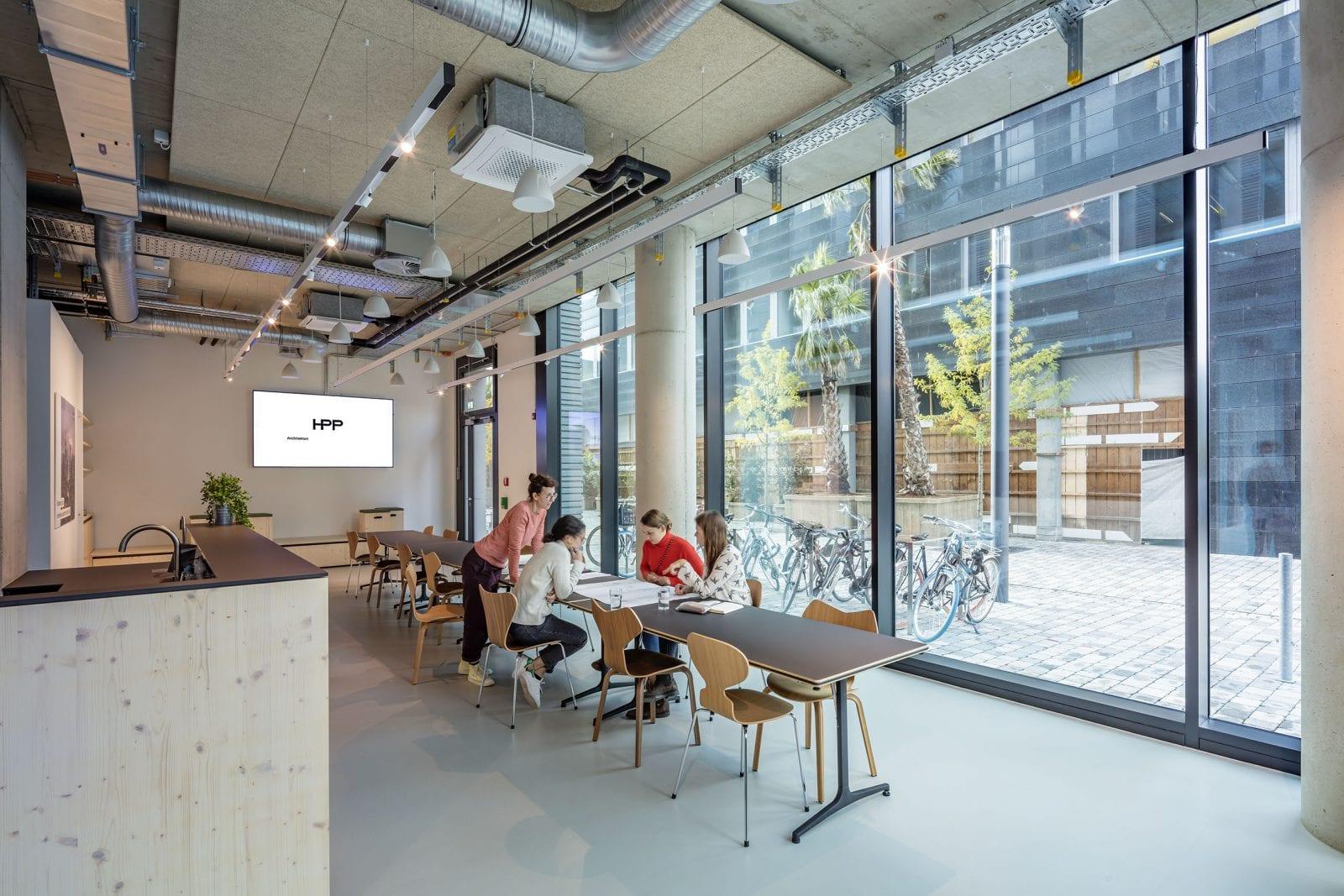 Die Lounge im Erdgeschoss dient als Raum für Workshops und die Mittagspause (HPP Architekten / Foto: Ralph Richter)