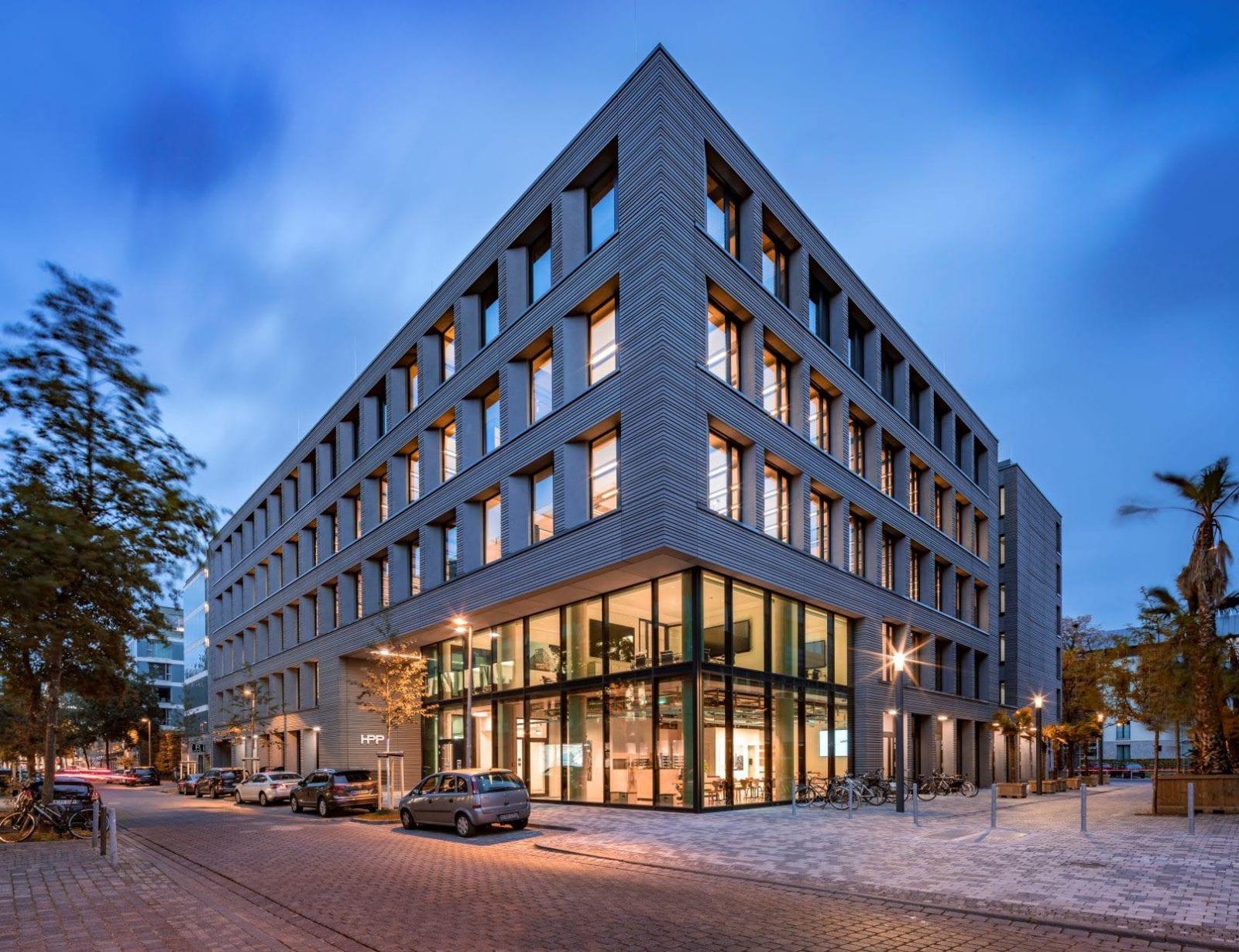 """Die """"Mixed-Use-Immobilie"""" im Düsseldorfer Medienhafen beherbergt neben den Büroflächen auch Wohnungen und Gastronomie und wurde für den Projektentwickler INTERBODEN realisiert (HPP Architekten / Foto: Ralph Richter)"""