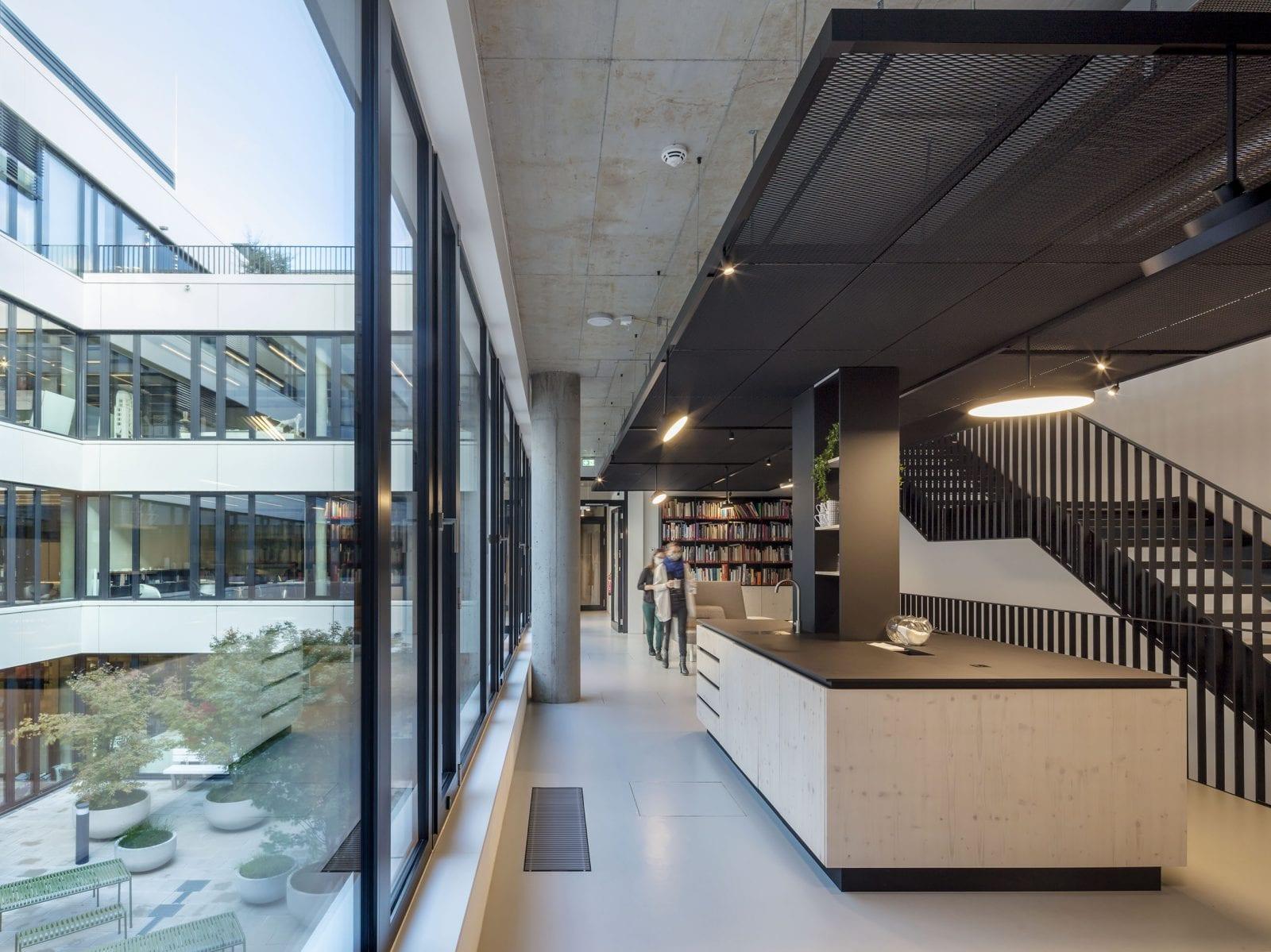 Offene Bereiche entlang der Treppenläufe als Orte der Begegnung und des Austauschs (HPP Architekten / Foto: Ralph Richter)