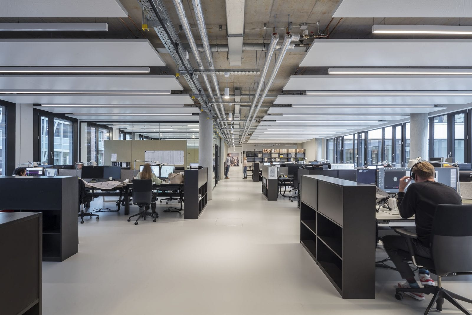 Offene Decken mit abgehängten Kühl- und Akustiksegeln über den Arbeitsplätzen (HPP Architekten / Foto: Ralph Richter)