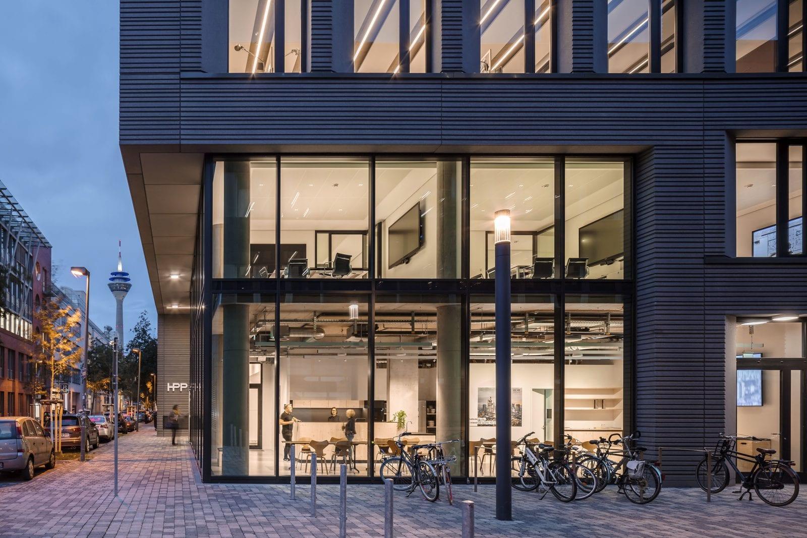 Der transparente Glaskubus mit Lounge und Besprechungsräumen verbindet öffentlichen Raum und Bürowelten (HPP Architekten / Foto: Ralph Richter)